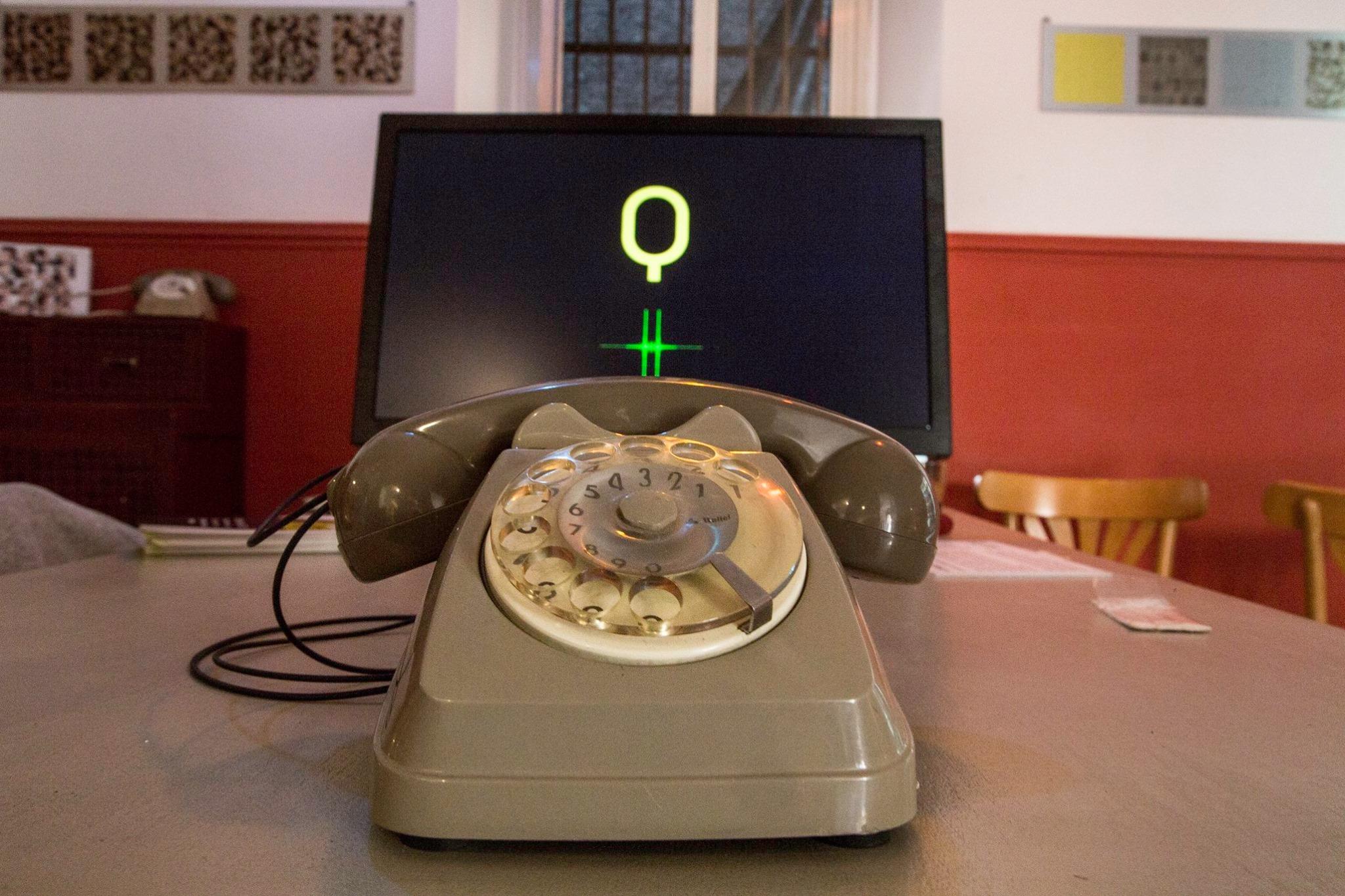 Parla con IAQOS, installazione interattiva